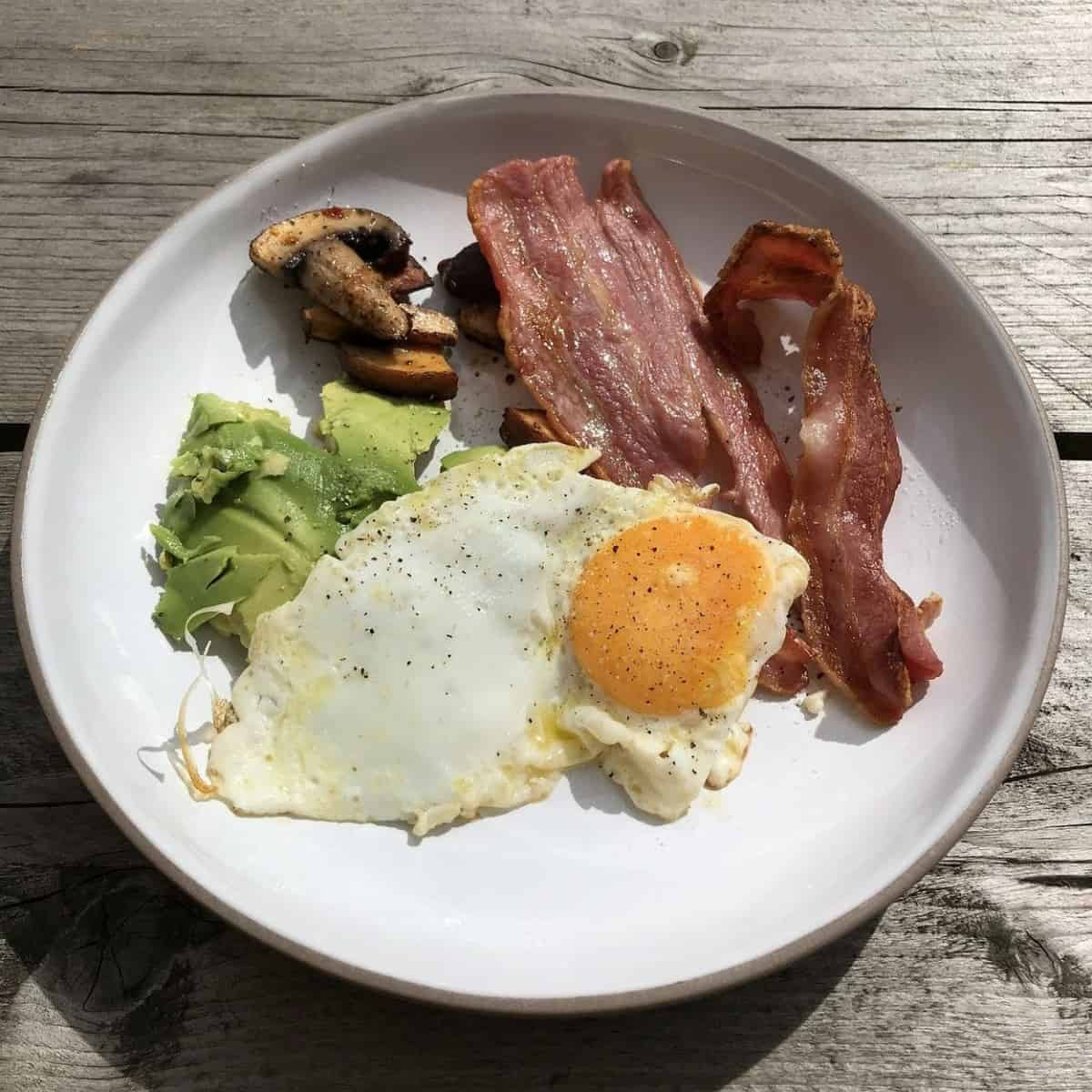 A plate that is full of meals of the keto diet.